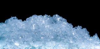Pilha de cubos de gelo esmagados no fundo escuro com espaço da cópia Primeiro plano esmagado dos cubos de gelo para bebidas Imagens de Stock Royalty Free