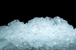 Pilha de cubos de gelo esmagados no fundo escuro com espaço da cópia Primeiro plano esmagado para bebidas, cerveja dos cubos de g fotos de stock royalty free