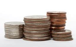 Pilha de dólares e de moedas foto de stock