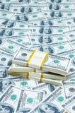 Pilha de dólares no dinheiro imagens de stock