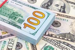 Pilha de dez mil dólares americanos Foto de Stock Royalty Free