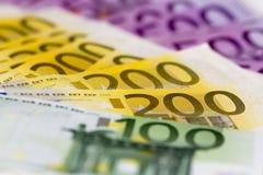 A pilha de dinheiro com 100 focalizou o euro 200 e 500 Fotografia de Stock