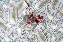 Pilha de dinheiro com ponto ensanguentado, vista superior Lucro criminoso sujo Dólar marcado pelo assassinato Dinheiro ensanguent imagem de stock royalty free