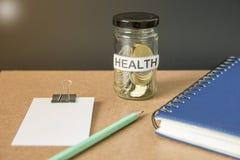 Pilha de dinheiro das moedas na garrafa de vidro fotografia de stock
