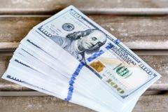 Pilha de dinheiro em um fundo de madeira Imagens de Stock Royalty Free