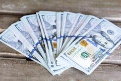 Pilha de dinheiro em um fundo de madeira Imagem de Stock Royalty Free