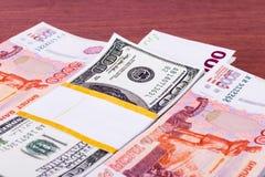 Pilha de dinheiro na tabela Foto de Stock