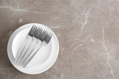 Pilha de dishware cerâmico com cutelaria imagem de stock royalty free