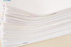 Pilha de documento da sobrecarga na tabela de madeira Imagem de Stock Royalty Free