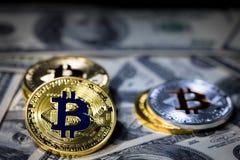 Pilha de empilhar o bitcoin dourado em cem cédulas do dólar imagem de stock royalty free