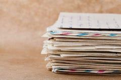Pilha de envelopes e de letras velhos no papel de embalagem Imagem de Stock