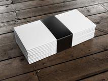 Pilha de envelopes no assoalho de madeira Foto de Stock