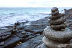 Pilha de equilíbrio das rochas Fotografia de Stock Royalty Free
