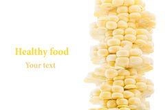 Pilha de espigas de milho cortadas em um fundo branco Isolado Fotografia de Stock Royalty Free