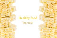 Pilha de espigas de milho cortadas em um fundo branco Isolado Quadro decorativo Macro Fundo do alimento Copie o espaço Imagens de Stock