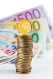 Pilha de euro- moedas em euro- notas Imagens de Stock