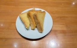 Pilha de fatias brindadas do pão em uma única placa branca De alta energia e nutriente para o café da manhã imagem de stock