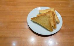 Pilha de fatias brindadas do pão em uma única placa branca De alta energia e nutriente para o café da manhã imagens de stock royalty free