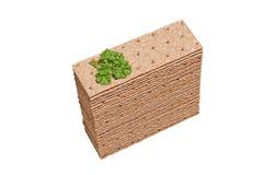 Pilha de fatias do pão estaladiço com salsa na parte superior imagem de stock