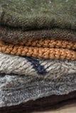 A pilha de feito a mão aquece o cinza bege áspero feito malha de Brown do fio de lãs dos mitenes dos lenços das peúgas Fim acima  imagem de stock royalty free