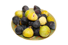 Pilha de figos pretos e amarelos na placa foto de stock royalty free