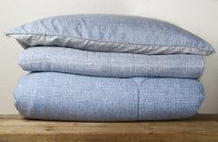 Pilha de fim azul de roupa de cama acima, vista dianteira, fundo imagens de stock