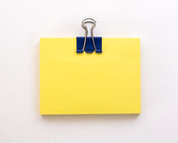Pilha de folhas de papel amarelas com clipe de papel azul em um branco Imagem de Stock Royalty Free