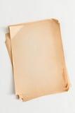 Pilha de folhas velha do papel do ofício isolada no fundo branco Fotografia de Stock Royalty Free