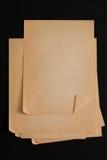 Pilha de folhas velha do papel do ofício isolada no fundo preto Imagens de Stock Royalty Free