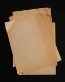 Pilha de folhas velha do papel do ofício isolada no fundo preto Foto de Stock Royalty Free