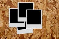 Pilha de frames vazios da foto no fundo de madeira Imagens de Stock Royalty Free