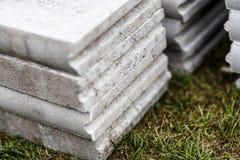 Pilha de freio concreto na grama Foto de Stock Royalty Free
