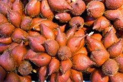 pilha de frutos do salacca no mercado de produto fresco de Tailândia os frutos tropicais famosos recomendam ao turista e ao viaja imagens de stock