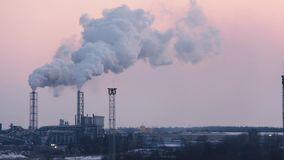 Pilha de fumo da chaminé no nascer do sol Tema da poluição do ar e das alterações climáticas filme