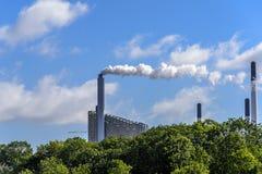 Pilha de fumo industrial na costa dinamarquesa fotografia de stock royalty free