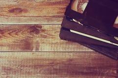 Pilha de gaveta do video tape de VHS sobre o fundo de madeira Foto da vista superior imagem de stock