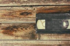 Pilha de gaveta do video tape de VHS sobre o fundo de madeira Foto da vista superior fotografia de stock