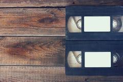 Pilha de gaveta do video tape de VHS sobre o fundo de madeira Foto da vista superior Imagem retro do estilo foto de stock