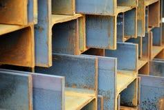 Pilha de I-Beams de aço oxidados Foto de Stock