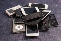 Pilha de iPhones e de iPod velhos imagem de stock