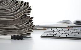 Pilha de jornais e de teclado Fotografia de Stock Royalty Free