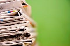 Pilha de jornais na cor no fundo verde Imagem de Stock Royalty Free