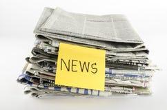 A pilha de jornal escreve a palavra da notícia Fotografia de Stock Royalty Free
