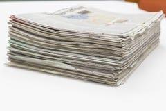Pilha de jornal na tabela branca imagem de stock royalty free