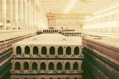 Pilha de lajes de cimento reforçadas pré-fabricadas em uma oficina da fábrica Imagem de Stock