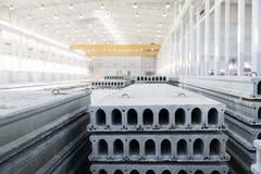 Pilha de lajes de cimento reforçadas em uma oficina da fábrica imagens de stock