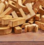 Pilha de letras de madeira sobre a superfície de madeira Foto de Stock Royalty Free