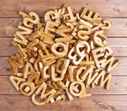Pilha de letras de madeira sobre a superfície de madeira Imagens de Stock Royalty Free
