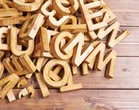 Pilha de letras de madeira sobre a superfície de madeira Fotos de Stock Royalty Free
