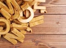 Pilha de letras de madeira sobre a superfície de madeira Foto de Stock